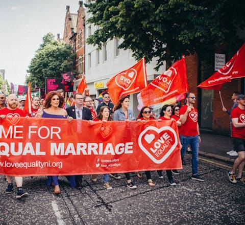 Demonstratie in Noord-Ierland om huwelijk open te stellen voor koppels van hetzelfde geslacht