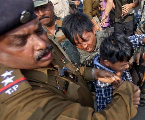De politie treedt keihard op tegen demonstranten die demonstreren tegen de aangepaste burgerschapswet die moslims achterstelt
