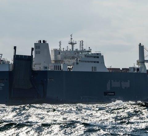Vrachtschip Bahri Yanbu in 2019 in de buurt van de Franse |haven Le Havre. Het schip vervoert wapens die door Saudi-Arabië ingezet worden in de oorlog in Jemen