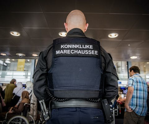 Marechaussee op de luchthaven van Rotterdam