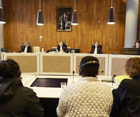 Esther Kiobel, Victoria Bera en advocate Channa Durlacher tijdens de rechtszaak tegen Shell in Den Haag