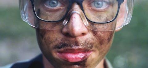 Hongarije - Na een week van zware lichamelijke trainingen in de modder (rechtsonder) is er een eindstrijd met 'airsoft'-replicageweren. Dit soort wapens zijn niet van echt te onderscheiden: in plaats van met hagel of kogels wordt er met plastic balletjes geschoten. Wel met verplichte veiligheidsbril.