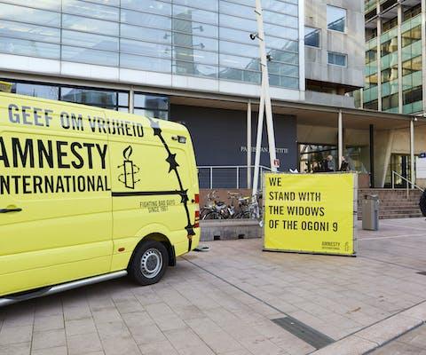 Amnesty ondersteunt vier Nigeriaanse weduwen die in Den Haag een rechtszaak aanspanden tegen Shell voor ,edeplichtigheid aan de executie van hun echtgenoten: de Ogoni Nine, 12 februari 2019.