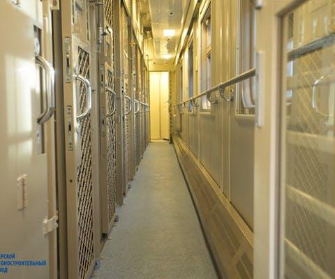 Trein waarmee in Rusland gevangenen worden vervoerd. Ze zitten dicht opeengepakt in slecht geventileerde treincoupés, zonder licht, water of sanitaire voorzieningen.