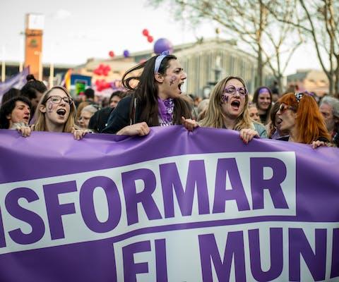 Vrouwen demonstreren voor vrouwenrechten in Madrid