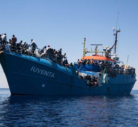 De reddingsboot Iuventa met geredde mensen aan boord