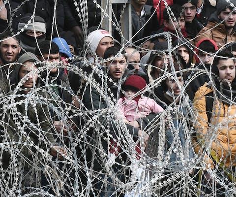 Mensenop de vlucht gestrand aan de Turks-Griekse grens