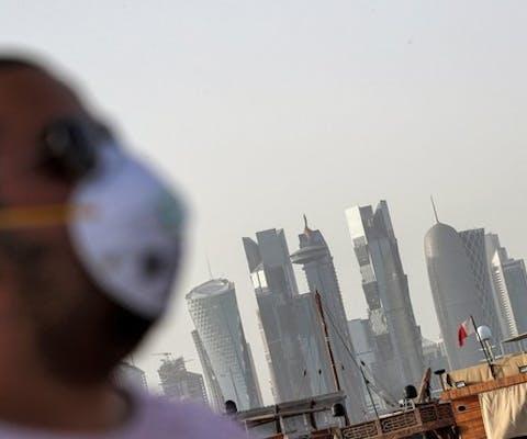 Een man, met een mondkapje om zich te beschermen tegen het coronavirus, in Doha, de hoofdstad van Qatar.