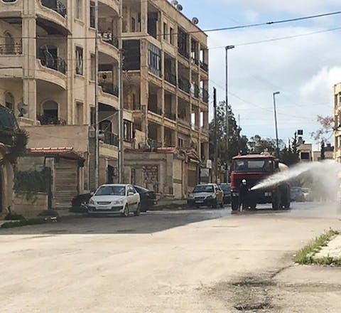 Om verspreiding van het coronavirus tegen te gaan worden de straten in de Syrische stad Latakia gedesinfecteerd