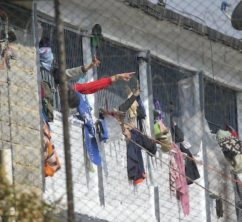 Opstand in de Lo Modelo-gevangenis in de Colombiaanse hoofdstad Bogotá. Gevangenen vinden dat er te weinig wordt gedaan om hen tegen het coronavirus te beschermen.