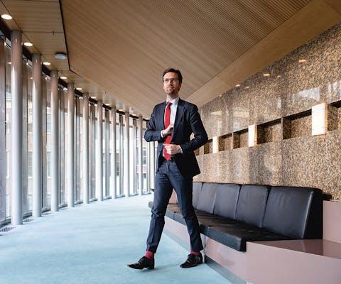 Kamerlid Sjoerd Sjoerdsma (D66) tijdens het wekelijkse Vragenuurtje in de plenaire zaal van de Tweede Kamer.