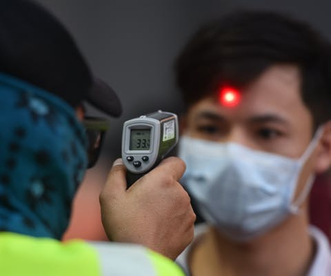 In Thailand wordt de temperatuur gemeten in de strijd tegen de verspreiding van het coronavirus. © Yuttachai Kongprasert/SOPA Images via ZUMA Wire
