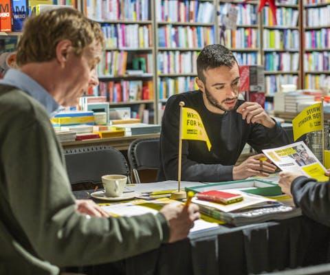 Write for Rights 2019: brieven schrijven voor jongeren die onrecht is aangedaan in de bibliotheek in Eindhoven.