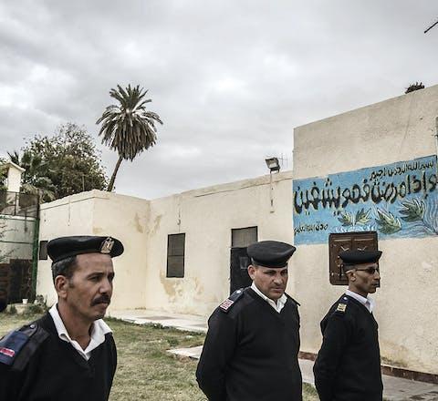 Politieagenten bewaken de Tora-gevangenis in Cairo