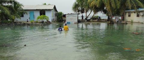 Majuro, de hoofdstad van de Marshall Eilanden is ondergelopen als gevolg van exteem hoge golven op zee