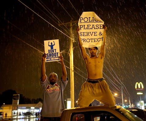 Demonstranten in Ferguson, VS, na de dood van Michael Brown, 2014