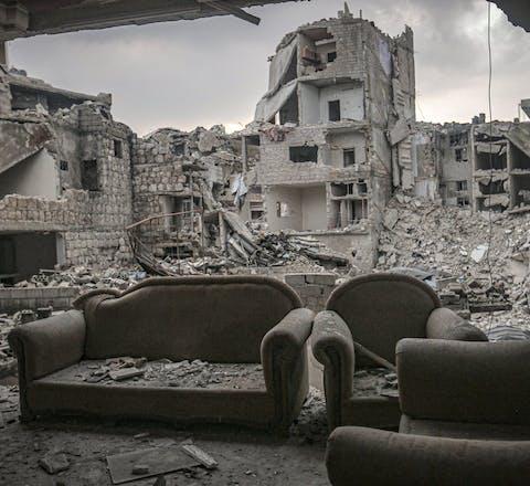 In het noordwesten van Syrië bombarderen het Surische en Russische leger moedwillig burgerdoelen zoals ziekenhuisen en scholen.