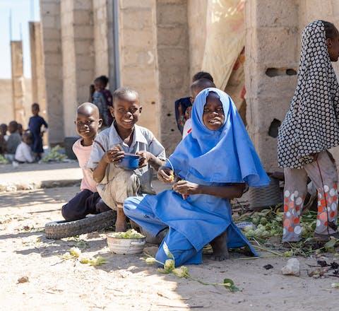 Kinderen spelen in Nigeria op straat