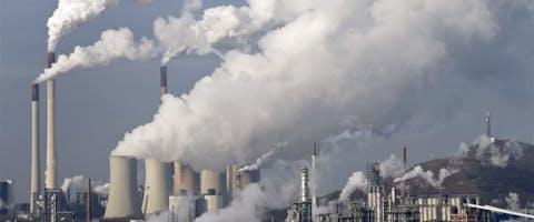 Door het gebruik van fossiele brandstof zoals kolen komt er veel CO2 in de lucht