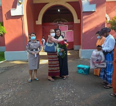 Khin Cho Naing en haar moeder na haar vrijlating uit de gevangenis.
