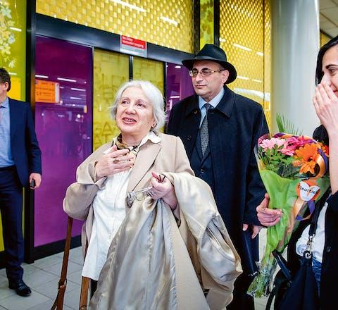 Leyla en Arif Yunus landen half april op Schiphol. Rechts: dochter Dinara.