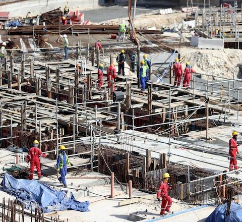 Bouwvakkers werken aan het Al Bayt-voetbalstadion in de hoofdstad van Qatar, Doha