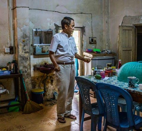 Khin Zaw Win, thuis in Yangon: 'Zonder optimisme had ik de gevangenis niet overleefd.'