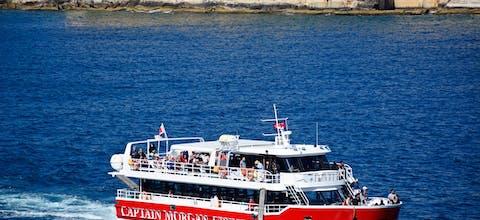 Een toeristenboot voor de haven van de hoofdstad van Malta, Valletta
