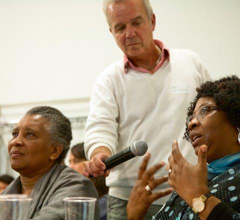 Alex van Stipriaan tijdens een debat. 'In Nederland ben ik vaak de enige bleekneus op zwarte feestjes'