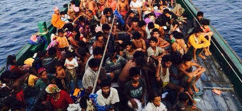 Boot met Rohingya bij de kust van Maleisië en Thailand