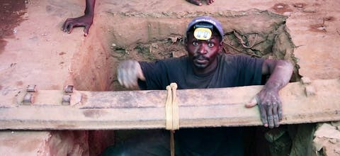 Mijnwerkers in de Democratische Republiek Congo werken onder erbarmelijke omstandigheden in kobaltmijnen. Nederlandse verzekeraars doen daar niets aan.
