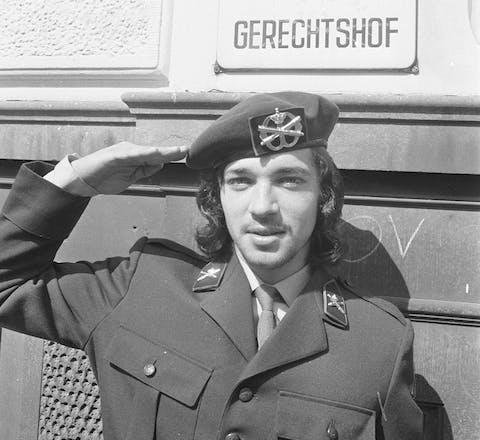 Dienstplichtig soldaat Rinus Wehrmann kreeg in 1971 twee jaar celstraf omdat hij weigerde zijn haar te knippen. Later verlaagt het Hoog Militair Gerechtshof dit tot twaalf dagen zwaar arrest.
