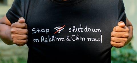 Protest tegen aanvallen op burgers in Rakhine, Myanmar, en het afsluiten van internet waardoor mensen niet goed geïnformeerd worden over het coronavirus