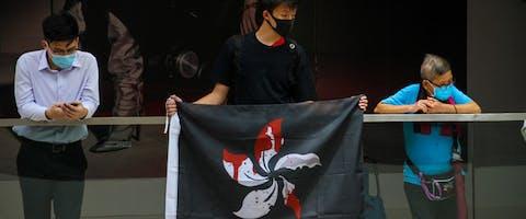 Demonstrant met de pro-democratie-vlag