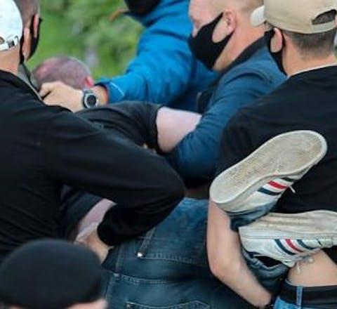Agenten in burger pakken op 14 juli een demonstrant op in de Wit-Russische hoofdstad Minsk