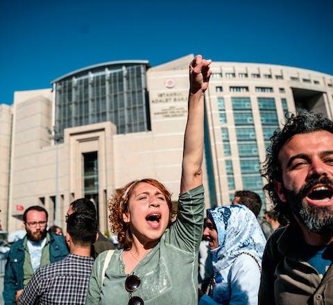 Sympathisanten vieren op 22 april voor het gerechtsgebouw in Istanbul dat de vier Academici voor Vrede in voorlopige vrijheid zijn gesteld.