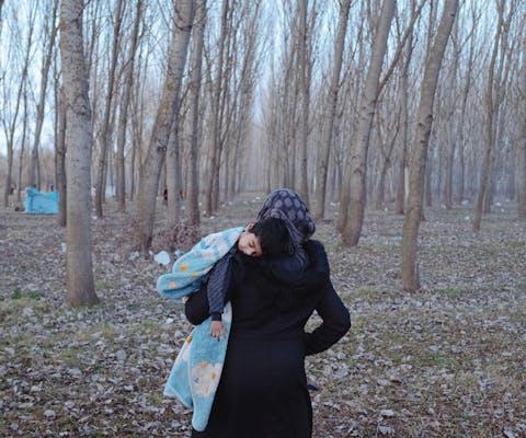 Wordt Vervolgd - Sevsen en haar zoontje in Edirne, Turkije, vlakbij de Griekse grens.