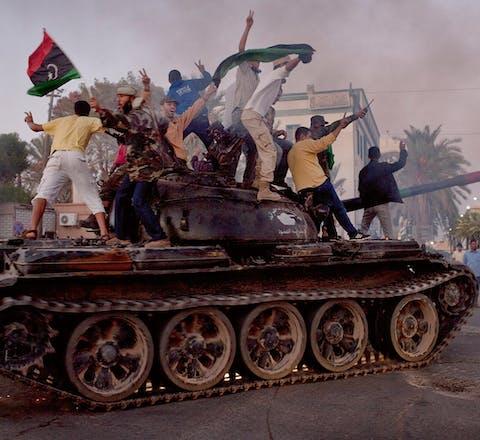 Tripoli is verdeeld in districten met eigen legers