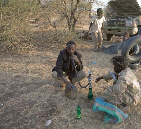 Om de tijd te doden, roken de rebellen een waterpijp in Darfur