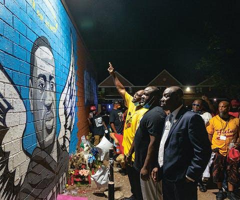Ter herdenking van de moord op hun broer staan Rodney en Philonile Floyd bij een muurschildering in Houston, waar ze opgroeiden.