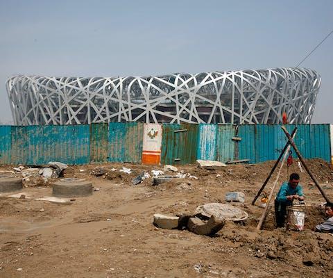 Een Olympisch Stadion in Beijing, ook wel 'het vogelnest' genaamd, in aanbouw
