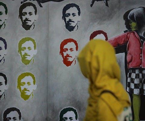 Kunstenaars hebben het gezicht van Munir getekend voor een herdenkings- expositie in september dit jaar in Semarang' Java.