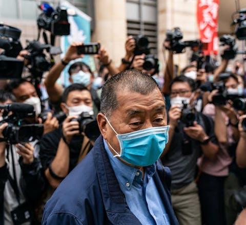 De in Hongkong opgepakte Jimmy Lai. Hij is de uitgever van de pro-democratische krant Apple Daily